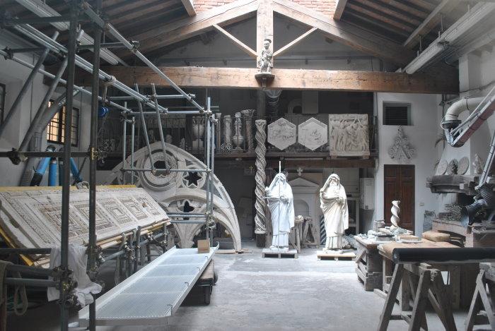 Blick durch's Schaufenster in eine florentinische Restaurations-Bildhauerei