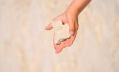 Kinderhände mit Stein