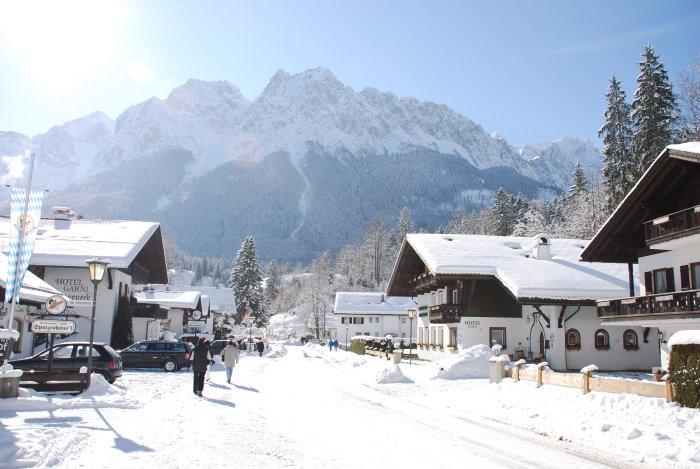 Spaziergang durch Grainau mit Blick zur Zugspitze
