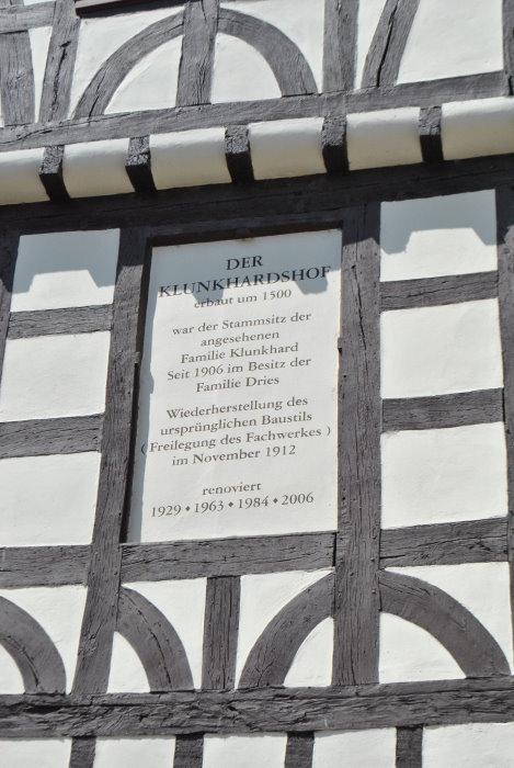 Informationstafel an der Fassade des Klunkerdshofes