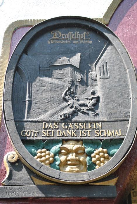 Inschrift auf der linken Seite des Eingangs.