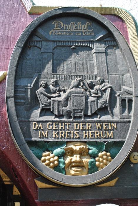 Inschrift auf der rechten Seite des Eingangs.