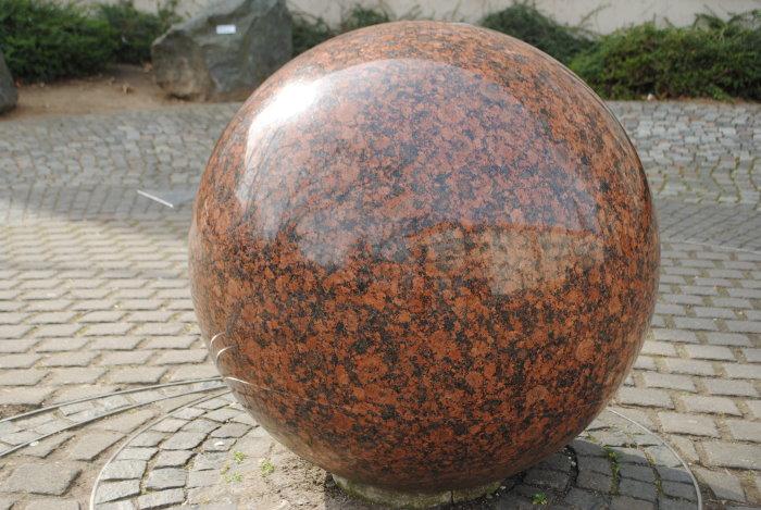 Granitkugel vor dem Naturhistorischen Museum in Mainz