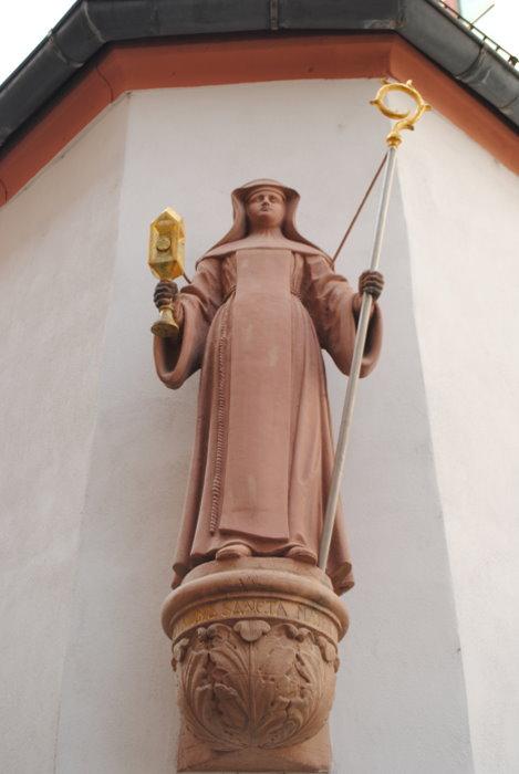 Klara - Skulptur am Reichklarakloster Mainz
