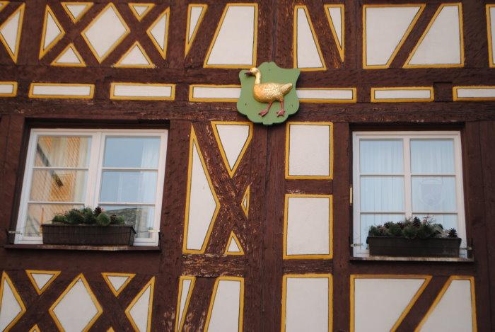 """Das Wappen am Haus """"Zur Wilden Gans"""""""