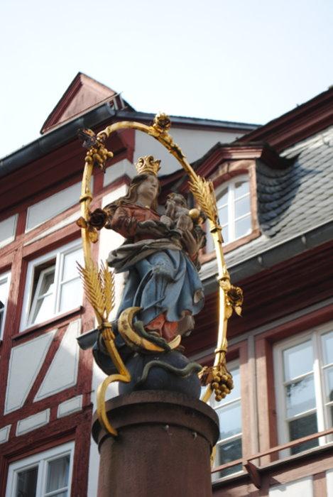 Marienbrunnenfigur