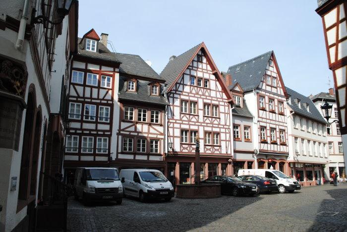 Malerische Fachwerkhäuser des Kirschgartens mit Marienbrunnen