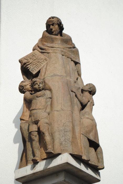 Die Rabanus Maurus-Skulptur von Adam Winter